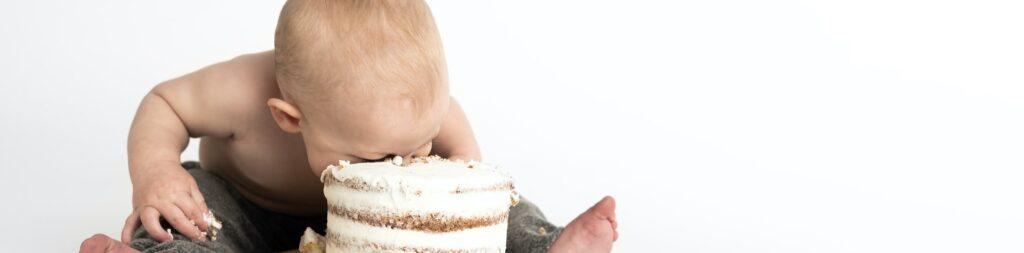 kind met gezicht in een taart